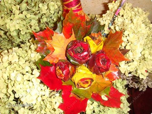 В прошлом году увидела,как делают такие букетики, но осень закончилась раньше,чем я собралась за листьями... В этом году я ,наконец-то,попробовала... Результатом,в принципе,довольна...,но в следующий раз наберу побольше желтых листьев, а то розы слишком пестрые получились...Наверно, в одном цветке не надо смешивать листья разных цветов...  Как делать красоту подсмотрела здесь... http://www.ardor.ru/seducer/varsed/2_16