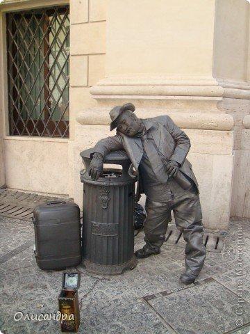 Рим – сердце Италии, Вечный город на семи холмах, к которому, как известно, ведут все дороги. Рим входит в перечень самых древних, великих, богатых историческими и культурными памятниками городов мира. И недаром его называют Вечным городом – история Рима насчитывает более трех тысяч лет.  ***************************************** Наша экскурсия началась здесь у Пантеона, храма, посвященного всем богам, памятника древнеримской архитектуры. Сооружен около 125 н. э.  В Пантеоне похоронены Рафаэль и пара итальянских королей.  фото 4