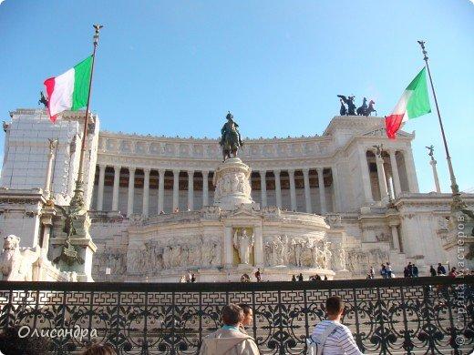 Рим – сердце Италии, Вечный город на семи холмах, к которому, как известно, ведут все дороги. Рим входит в перечень самых древних, великих, богатых историческими и культурными памятниками городов мира. И недаром его называют Вечным городом – история Рима насчитывает более трех тысяч лет.  ***************************************** Наша экскурсия началась здесь у Пантеона, храма, посвященного всем богам, памятника древнеримской архитектуры. Сооружен около 125 н. э.  В Пантеоне похоронены Рафаэль и пара итальянских королей.  фото 8