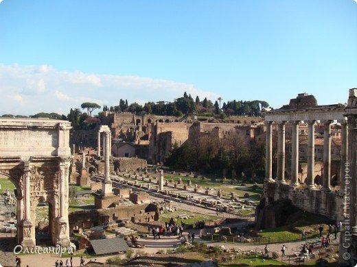 Рим – сердце Италии, Вечный город на семи холмах, к которому, как известно, ведут все дороги. Рим входит в перечень самых древних, великих, богатых историческими и культурными памятниками городов мира. И недаром его называют Вечным городом – история Рима насчитывает более трех тысяч лет.  ***************************************** Наша экскурсия началась здесь у Пантеона, храма, посвященного всем богам, памятника древнеримской архитектуры. Сооружен около 125 н. э.  В Пантеоне похоронены Рафаэль и пара итальянских королей.  фото 16