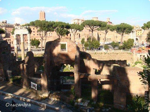 Рим – сердце Италии, Вечный город на семи холмах, к которому, как известно, ведут все дороги. Рим входит в перечень самых древних, великих, богатых историческими и культурными памятниками городов мира. И недаром его называют Вечным городом – история Рима насчитывает более трех тысяч лет.  ***************************************** Наша экскурсия началась здесь у Пантеона, храма, посвященного всем богам, памятника древнеримской архитектуры. Сооружен около 125 н. э.  В Пантеоне похоронены Рафаэль и пара итальянских королей.  фото 17