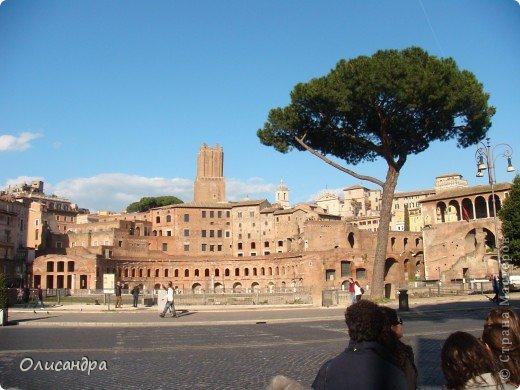 Рим – сердце Италии, Вечный город на семи холмах, к которому, как известно, ведут все дороги. Рим входит в перечень самых древних, великих, богатых историческими и культурными памятниками городов мира. И недаром его называют Вечным городом – история Рима насчитывает более трех тысяч лет.  ***************************************** Наша экскурсия началась здесь у Пантеона, храма, посвященного всем богам, памятника древнеримской архитектуры. Сооружен около 125 н. э.  В Пантеоне похоронены Рафаэль и пара итальянских королей.  фото 19