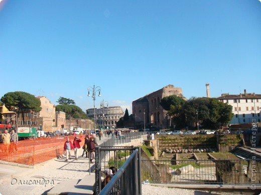 Рим – сердце Италии, Вечный город на семи холмах, к которому, как известно, ведут все дороги. Рим входит в перечень самых древних, великих, богатых историческими и культурными памятниками городов мира. И недаром его называют Вечным городом – история Рима насчитывает более трех тысяч лет.  ***************************************** Наша экскурсия началась здесь у Пантеона, храма, посвященного всем богам, памятника древнеримской архитектуры. Сооружен около 125 н. э.  В Пантеоне похоронены Рафаэль и пара итальянских королей.  фото 21
