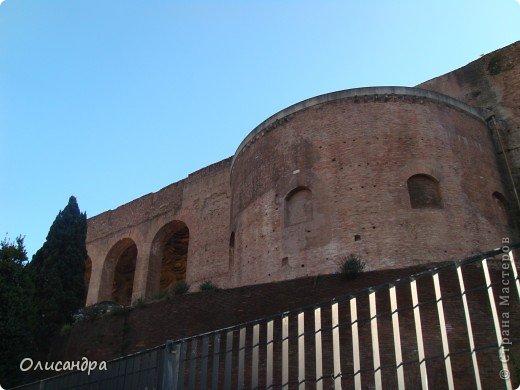 Рим – сердце Италии, Вечный город на семи холмах, к которому, как известно, ведут все дороги. Рим входит в перечень самых древних, великих, богатых историческими и культурными памятниками городов мира. И недаром его называют Вечным городом – история Рима насчитывает более трех тысяч лет.  ***************************************** Наша экскурсия началась здесь у Пантеона, храма, посвященного всем богам, памятника древнеримской архитектуры. Сооружен около 125 н. э.  В Пантеоне похоронены Рафаэль и пара итальянских королей.  фото 24
