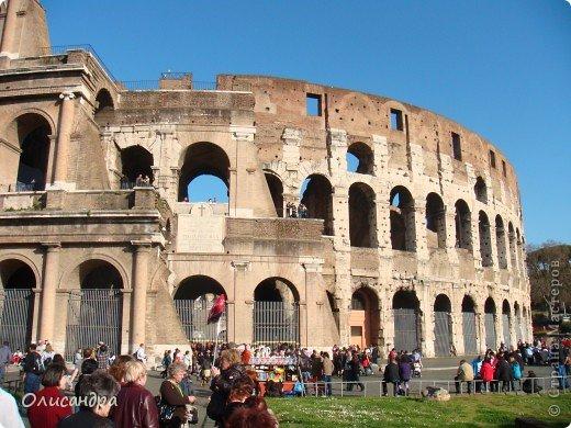 Рим – сердце Италии, Вечный город на семи холмах, к которому, как известно, ведут все дороги. Рим входит в перечень самых древних, великих, богатых историческими и культурными памятниками городов мира. И недаром его называют Вечным городом – история Рима насчитывает более трех тысяч лет.  ***************************************** Наша экскурсия началась здесь у Пантеона, храма, посвященного всем богам, памятника древнеримской архитектуры. Сооружен около 125 н. э.  В Пантеоне похоронены Рафаэль и пара итальянских королей.  фото 28