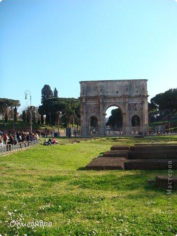 Рим – сердце Италии, Вечный город на семи холмах, к которому, как известно, ведут все дороги. Рим входит в перечень самых древних, великих, богатых историческими и культурными памятниками городов мира. И недаром его называют Вечным городом – история Рима насчитывает более трех тысяч лет.  ***************************************** Наша экскурсия началась здесь у Пантеона, храма, посвященного всем богам, памятника древнеримской архитектуры. Сооружен около 125 н. э.  В Пантеоне похоронены Рафаэль и пара итальянских королей.  фото 30