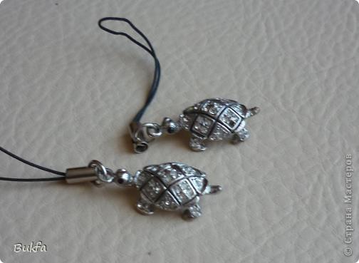 Продолжаю показывать своих черепашек. Начало можно посмотреть здесь http://stranamasterov.ru/node/151515. Фигурки куплены нами или подарены друзьями и родными, поэтому попадаются вроде бы одинаковые, но разного оформления. Рассказы о черепахах, как о живых или мифических существах или о символах предлагаю почитать у Олиандры.   Решила начать с микрораздела.  Это броши. . Фото 4