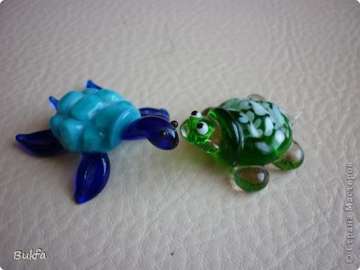 Продолжаю показывать своих черепашек. Начало можно посмотреть здесь http://stranamasterov.ru/node/151515. Фигурки куплены нами или подарены друзьями и родными, поэтому попадаются вроде бы одинаковые, но разного оформления. Рассказы о черепахах, как о живых или мифических существах или о символах предлагаю почитать у Олиандры.   Решила начать с микрораздела.  Это броши. . Фото 6