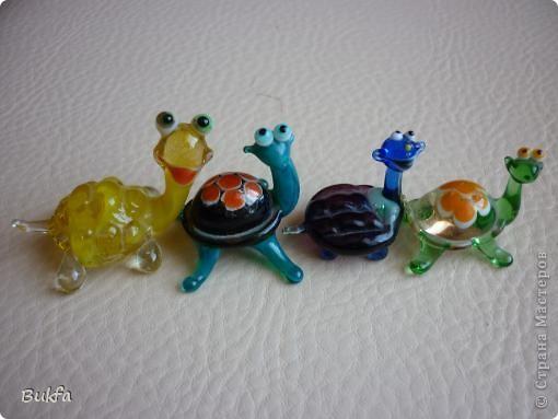 Продолжаю показывать своих черепашек. Начало можно посмотреть здесь http://stranamasterov.ru/node/151515. Фигурки куплены нами или подарены друзьями и родными, поэтому попадаются вроде бы одинаковые, но разного оформления. Рассказы о черепахах, как о живых или мифических существах или о символах предлагаю почитать у Олиандры.   Решила начать с микрораздела.  Это броши. . Фото 7