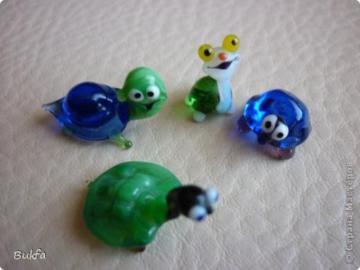 Продолжаю показывать своих черепашек. Начало можно посмотреть здесь http://stranamasterov.ru/node/151515. Фигурки куплены нами или подарены друзьями и родными, поэтому попадаются вроде бы одинаковые, но разного оформления. Рассказы о черепахах, как о живых или мифических существах или о символах предлагаю почитать у Олиандры.   Решила начать с микрораздела.  Это броши. . Фото 8