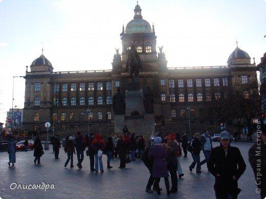 Прага является столицей и крупнейшим городом Чешской республики. Она расположена на реке Влтаве в центральной Богемии. В ней проживает примерно 1.2 миллиона человек. Достопримечательности Праги заслуженно пользуются громадной популярностью у многочисленных туристов.. Фото 8