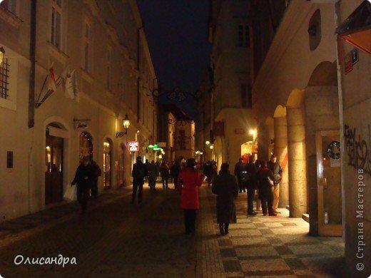 Прага является столицей и крупнейшим городом Чешской республики. Она расположена на реке Влтаве в центральной Богемии. В ней проживает примерно 1.2 миллиона человек. Достопримечательности Праги заслуженно пользуются громадной популярностью у многочисленных туристов.. Фото 38