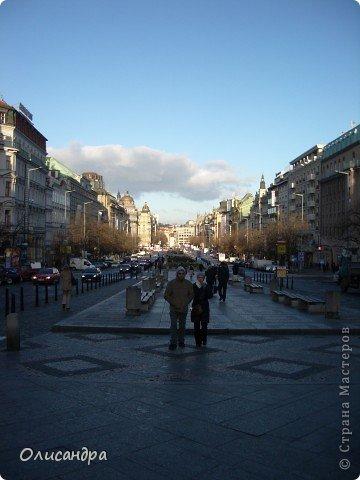 Прага является столицей и крупнейшим городом Чешской республики. Она расположена на реке Влтаве в центральной Богемии. В ней проживает примерно 1.2 миллиона человек. Достопримечательности Праги заслуженно пользуются громадной популярностью у многочисленных туристов.. Фото 7