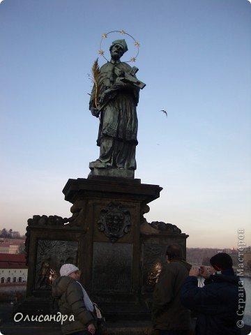 Прага является столицей и крупнейшим городом Чешской республики. Она расположена на реке Влтаве в центральной Богемии. В ней проживает примерно 1.2 миллиона человек. Достопримечательности Праги заслуженно пользуются громадной популярностью у многочисленных туристов.. Фото 18