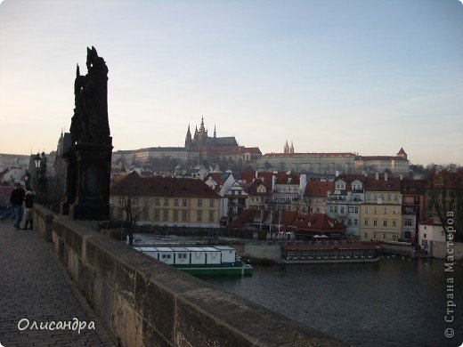 Прага является столицей и крупнейшим городом Чешской республики. Она расположена на реке Влтаве в центральной Богемии. В ней проживает примерно 1.2 миллиона человек. Достопримечательности Праги заслуженно пользуются громадной популярностью у многочисленных туристов.. Фото 1