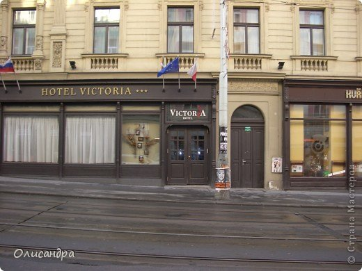 Прага является столицей и крупнейшим городом Чешской республики. Она расположена на реке Влтаве в центральной Богемии. В ней проживает примерно 1.2 миллиона человек. Достопримечательности Праги заслуженно пользуются громадной популярностью у многочисленных туристов.. Фото 2