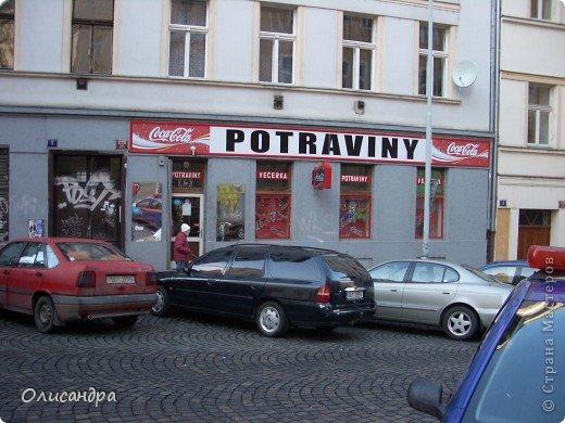 Прага является столицей и крупнейшим городом Чешской республики. Она расположена на реке Влтаве в центральной Богемии. В ней проживает примерно 1.2 миллиона человек. Достопримечательности Праги заслуженно пользуются громадной популярностью у многочисленных туристов.. Фото 3