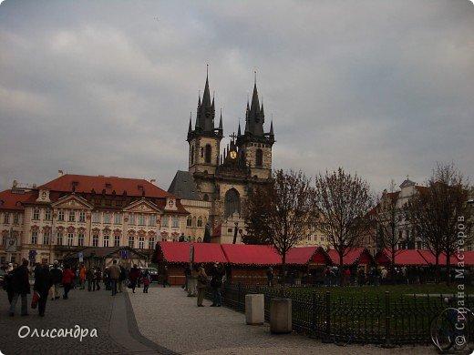 Прага является столицей и крупнейшим городом Чешской республики. Она расположена на реке Влтаве в центральной Богемии. В ней проживает примерно 1.2 миллиона человек. Достопримечательности Праги заслуженно пользуются громадной популярностью у многочисленных туристов.. Фото 9