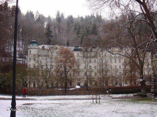 Карловы Вары — самый большой и самый известный курорт Чехии, расположен он в красивейшем ущелье,  в 120 км от Праги на западе исторической области Богемия в месте слияния рек Огрже, Ролава и Тепла. Население, примерно 50-55 тыс. чел.   . Фото 4