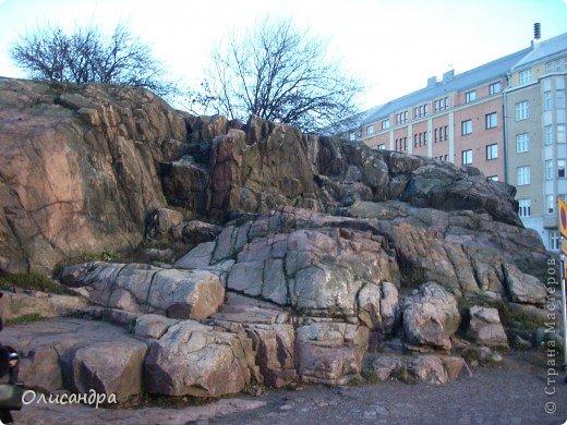 Хельсинки - главный город Финляндии, в котором сосредоточена экономическая, политическая и культурная жизнь страны. Но..., по-моему, достопримечательностей там очень мало...,или их прячут от туристов... , потому что все время показывают одно и тоже... Город расположен в скалистой местности. Исторический центр города находится на полуострове с сильно изрезанной береговой линией. Перепады высот в городе значительны, а скалы — обычная часть пейзажа. На реках в пределах города имеются водопады. *************************************************** Памятник Яну Сибелиусу расположен в районе Мейлахти, в живописном парке, который также носит имя Сибелиуса.  Ян Сибелиус (1865-1957) - финский композитор, который стал известен во всем мире как выразитель национального духа и реформатор классических идей в музыке. Именем Сибелиуса названа Хельсинкская академия музыки.  фото 5