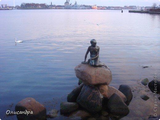 Решила продолжить серию фоторепортажей, посвященных разным городам...  Начало здесь...   http://stranamasterov.ru/blog/34319/292 ********************************************* Копенгаген-это один из старейших  и самых больших городов Дании ( 500 тыс.жителей), а также самая тихая и умиротворенная столица в Европе.  Мы успели в этом убедиться за несколько часов, проведенных в этом приятном городе...Но , к сожалению, увидели очень мало...   фото 23