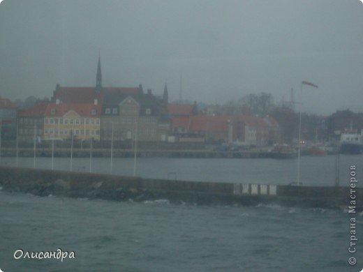 Решила продолжить серию фоторепортажей, посвященных разным городам...  Начало здесь...   http://stranamasterov.ru/blog/34319/292 ********************************************* Копенгаген-это один из старейших  и самых больших городов Дании ( 500 тыс.жителей), а также самая тихая и умиротворенная столица в Европе.  Мы успели в этом убедиться за несколько часов, проведенных в этом приятном городе...Но , к сожалению, увидели очень мало...   фото 9