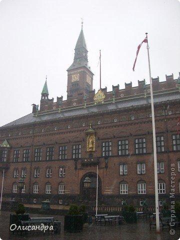 Решила продолжить серию фоторепортажей, посвященных разным городам...  Начало здесь...   http://stranamasterov.ru/blog/34319/292 ********************************************* Копенгаген-это один из старейших  и самых больших городов Дании ( 500 тыс.жителей), а также самая тихая и умиротворенная столица в Европе.  Мы успели в этом убедиться за несколько часов, проведенных в этом приятном городе...Но , к сожалению, увидели очень мало...   фото 10