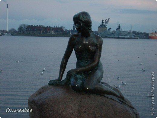 Решила продолжить серию фоторепортажей, посвященных разным городам...  Начало здесь...   http://stranamasterov.ru/blog/34319/292 ********************************************* Копенгаген-это один из старейших  и самых больших городов Дании ( 500 тыс.жителей), а также самая тихая и умиротворенная столица в Европе.  Мы успели в этом убедиться за несколько часов, проведенных в этом приятном городе...Но , к сожалению, увидели очень мало...   фото 1