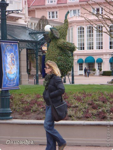 Продолжаю экскурсию по Парижу...  http://stranamasterov.ru/node/233293    Сегодня я расскажу о Диснейленде - сказочном городе, в котором интересно побывать не только детям...  Так уж получилось , что у половины нашей группы в турпутевке был один маршрут, а у половины другой... И все бы ничего, если бы мы ехали не в одном автобусе... У одних по программе был Версаль, у других Диснейленд... Найти компромисс не смогли и нашему гиду пришлось искать выход из ситуации... Я очень рада, что уговорила подругу посетить это сказочное место... Сначала она доказывала , что мы уже не дети и Версаль нам больше подходит, а потом уже говорила, что в Диснейленде одного дня мало...Очень мало... И я с ней согласна...  фото 3