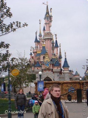 Продолжаю экскурсию по Парижу...  http://stranamasterov.ru/node/233293    Сегодня я расскажу о Диснейленде - сказочном городе, в котором интересно побывать не только детям...  Так уж получилось , что у половины нашей группы в турпутевке был один маршрут, а у половины другой... И все бы ничего, если бы мы ехали не в одном автобусе... У одних по программе был Версаль, у других Диснейленд... Найти компромисс не смогли и нашему гиду пришлось искать выход из ситуации... Я очень рада, что уговорила подругу посетить это сказочное место... Сначала она доказывала , что мы уже не дети и Версаль нам больше подходит, а потом уже говорила, что в Диснейленде одного дня мало...Очень мало... И я с ней согласна...  фото 16
