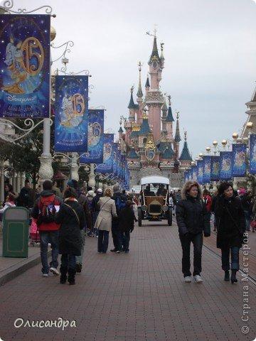 Продолжаю экскурсию по Парижу...  http://stranamasterov.ru/node/233293    Сегодня я расскажу о Диснейленде - сказочном городе, в котором интересно побывать не только детям...  Так уж получилось , что у половины нашей группы в турпутевке был один маршрут, а у половины другой... И все бы ничего, если бы мы ехали не в одном автобусе... У одних по программе был Версаль, у других Диснейленд... Найти компромисс не смогли и нашему гиду пришлось искать выход из ситуации... Я очень рада, что уговорила подругу посетить это сказочное место... Сначала она доказывала , что мы уже не дети и Версаль нам больше подходит, а потом уже говорила, что в Диснейленде одного дня мало...Очень мало... И я с ней согласна...  фото 10