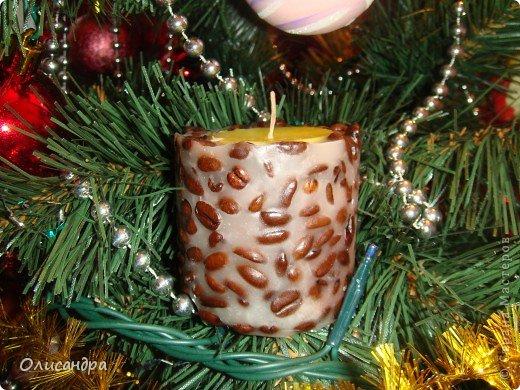 """Увидела кофейную свечу у Олечки (Захарии) http://stranamasterov.ru/node/281823 ... и так она мне приглянулась, так запала в душу... Процесс изготовления, теоретически, был понятен... А,вот, практически...Как минимизировать расход кофейных зернышек и сделать так , чтобы они """"не утонули"""" в свече?  Порылась в интернете... и нашла  много прекрасных советов... http://www.mamaprofi.com/xobbi-i-uvlecheniya/kak-sdelat-svechi-v-domashnix-usloviyax/   и  замечательный МК... http://www.prohm.ru/index/mk_vanilno_kofejnaja_svecha/0-35. Фото 16"""