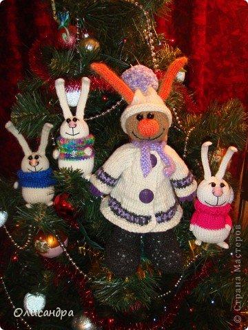 """Никогда не замечала за собой особой любви к зайцам, но они ,удивительным образом, """"размножаются"""" в моем доме... Впрочем, на то они и зайцы :)) Или ,просто, мне попадались такие """"экземпляры"""", которые хотелось сшить, хотя я очень не люблю этот вид рукоделия... Здесь история о тильдо-зайцах... ,о Юноне и Авосе... http://stranamasterov.ru/node/185577?t=1136 . Фото 2"""