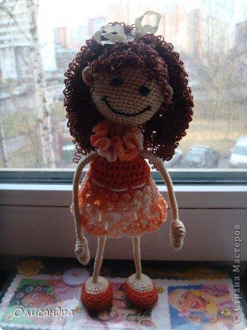 """Люблю куколок... Не всех,конечно... Но эта покорила  с первого взгляда...  Подкупило то,что в ней всего 3 вязаных детали... Казалось бы, что там делать? Раз...и готово, но я промучилась  около недели... Родилась """"Кудряшка"""", благодаря Ларисе Глинчак ( Розетка)...  http://glinchak.com/amigurumi/master-klass-promokashka-t45.html А это мини-версия...всего 13 см... http://glinchak.com/amigurumi/mini-promokashka-v-krasnom-t108.html . Фото 31"""