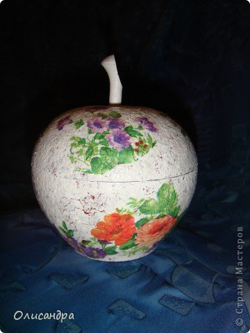 """Декупаж """"полюбил меня не сразу""""...""""Сначала сопротивлялся"""" :))  Да, и сейчас не всегда получается, потому что занимаюсь этим от случая к случаю... В прошлом году на 8 марта сын подарил  деревянную шкатулку в виде яблочка... Долго я ходила вокруг нее и не знала,что сделать... Скоро уже следующее 8 марта... Пора начинать... Страшно...Вдруг, не получится.... Фото 26"""