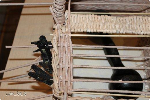 Поделка изделие Плетение Первая корзина для пикника Бумага газетная Трубочки бумажные фото 14
