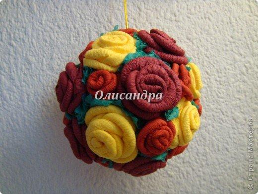Сделала розовое дерево... http://stranamasterov.ru/node/144894 ...и так мне понравилось крутить розочки, что не могу остановиться... Это первый розовый шар..., по моей задумке их будет три...Результат покажу позже, т.к. последний шарик еще в проекте.... Фото 25