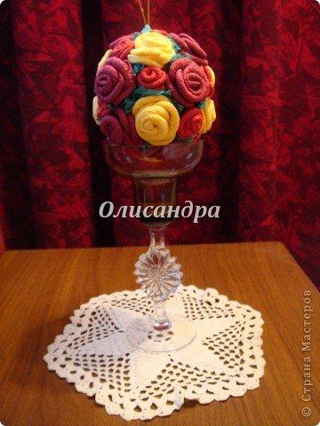 Сделала розовое дерево... http://stranamasterov.ru/node/144894 ...и так мне понравилось крутить розочки, что не могу остановиться... Это первый розовый шар..., по моей задумке их будет три...Результат покажу позже, т.к. последний шарик еще в проекте.... Фото 26