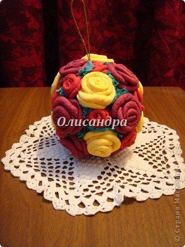 Сделала розовое дерево... http://stranamasterov.ru/node/144894 ...и так мне понравилось крутить розочки, что не могу остановиться... Это первый розовый шар..., по моей задумке их будет три...Результат покажу позже, т.к. последний шарик еще в проекте.... Фото 27