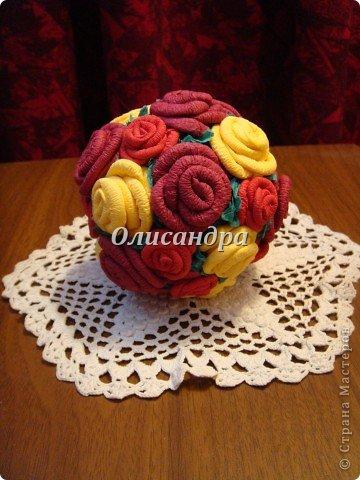 Сделала розовое дерево... http://stranamasterov.ru/node/144894 ...и так мне понравилось крутить розочки, что не могу остановиться... Это первый розовый шар..., по моей задумке их будет три...Результат покажу позже, т.к. последний шарик еще в проекте.... Фото 1