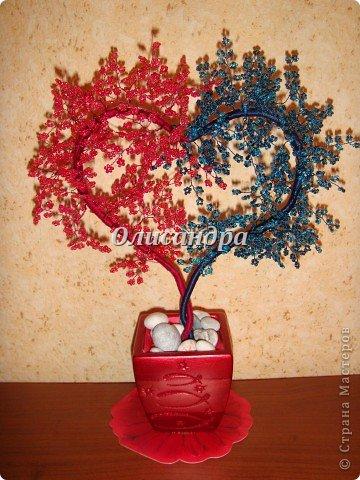 """Сегодня, в День Святого Валентина...вслед за """"сердечным деревом"""", которое  """"родилось"""" ночью , утром очень быстро """"родились"""" и соответствующие  стихи... ********************************************* Два сердца слИлись воедино...  В этот прекрасный зимний день Святого """"парня"""" Валентина Всем миром чествуем теперь.  Любви друг друг мы желаем, Подругам, близким и родным, Но, все о том мы забываем, Что посвящен он ,лишь, двоим...  Двоим, кто этим сердцем связан Сегодня, завтра и всегда... Прекрасный праздник ВСЕХ ВЛЮБЛЕННЫХ Промчится с нами сквозь года...  ********************************************* А теперь мастер-класс, как всегда, длинный и нудный... Не умею выбирать главное... Мне кажется, что главное ...ВСЕ... Я покажу, а Вы сами решите, что из этого Вам пригодится...  Продолжение здесь... http://stranamasterov.ru/node/150524 Там, в самом конце... указано необходимое кол-во материалов.. . Фото 1"""