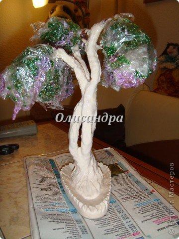 """Мне очень нравятся глицинии...  Глици́ния (от греч. γλυκός — сладкий), или висте́рия (лат. Wistéria) — род высоких древовидных вьющихся субтропических растений из семейства Бобовые с крупными кистями душистых лиловых цветков. Широко используется в ландшафтном дизайне.   Давно мечтала сделать такое дерево из бисера, но не могла решиться... Теперь понимаю, что это было не с проста... Глициния- безумно трудоемкое и """"долгоиграющее"""" дерево... ,и если бы я делала его для себя, то процесс создания занял бы не один месяц... по чуть-чуть... не спеша... Но я делала его в подарок , поэтому времени было очень мало... Каждый день вспоминала Золушку и рабыню Изауру..., жалела себя и в голове крутилось только одно слово... """"кошмар""""...Как я могла в это вписаться?  И все-таки, я его сделала... и назвала """"Кошмариком""""...  Если еще не очень вас напугала и вы хотите повторить мой """"подвиг""""... , рассказываю, как это было.... Фото 49"""