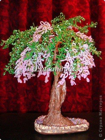 """Мне очень нравятся глицинии...  Глици́ния (от греч. γλυκός — сладкий), или висте́рия (лат. Wistéria) — род высоких древовидных вьющихся субтропических растений из семейства Бобовые с крупными кистями душистых лиловых цветков. Широко используется в ландшафтном дизайне.   Давно мечтала сделать такое дерево из бисера, но не могла решиться... Теперь понимаю, что это было не с проста... Глициния- безумно трудоемкое и """"долгоиграющее"""" дерево... ,и если бы я делала его для себя, то процесс создания занял бы не один месяц... по чуть-чуть... не спеша... Но я делала его в подарок , поэтому времени было очень мало... Каждый день вспоминала Золушку и рабыню Изауру..., жалела себя и в голове крутилось только одно слово... """"кошмар""""...Как я могла в это вписаться?  И все-таки, я его сделала... и назвала """"Кошмариком""""...  Если еще не очень вас напугала и вы хотите повторить мой """"подвиг""""... , рассказываю, как это было.... Фото 60"""