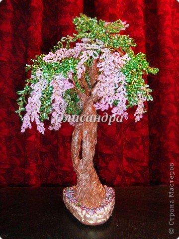 """Мне очень нравятся глицинии...  Глици́ния (от греч. γλυκός — сладкий), или висте́рия (лат. Wistéria) — род высоких древовидных вьющихся субтропических растений из семейства Бобовые с крупными кистями душистых лиловых цветков. Широко используется в ландшафтном дизайне.   Давно мечтала сделать такое дерево из бисера, но не могла решиться... Теперь понимаю, что это было не с проста... Глициния- безумно трудоемкое и """"долгоиграющее"""" дерево... ,и если бы я делала его для себя, то процесс создания занял бы не один месяц... по чуть-чуть... не спеша... Но я делала его в подарок , поэтому времени было очень мало... Каждый день вспоминала Золушку и рабыню Изауру..., жалела себя и в голове крутилось только одно слово... """"кошмар""""...Как я могла в это вписаться?  И все-таки, я его сделала... и назвала """"Кошмариком""""...  Если еще не очень вас напугала и вы хотите повторить мой """"подвиг""""... , рассказываю, как это было.... Фото 61"""