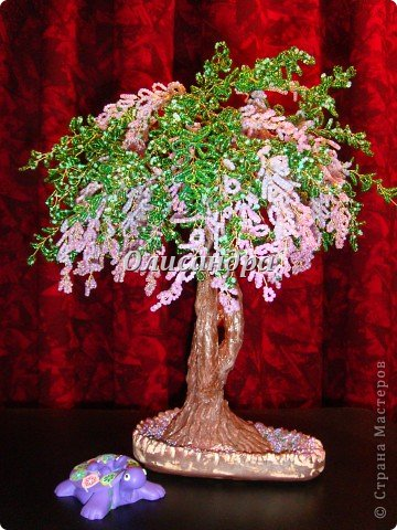 """Мне очень нравятся глицинии...  Глици́ния (от греч. γλυκός — сладкий), или висте́рия (лат. Wistéria) — род высоких древовидных вьющихся субтропических растений из семейства Бобовые с крупными кистями душистых лиловых цветков. Широко используется в ландшафтном дизайне.   Давно мечтала сделать такое дерево из бисера, но не могла решиться... Теперь понимаю, что это было не с проста... Глициния- безумно трудоемкое и """"долгоиграющее"""" дерево... ,и если бы я делала его для себя, то процесс создания занял бы не один месяц... по чуть-чуть... не спеша... Но я делала его в подарок , поэтому времени было очень мало... Каждый день вспоминала Золушку и рабыню Изауру..., жалела себя и в голове крутилось только одно слово... """"кошмар""""...Как я могла в это вписаться?  И все-таки, я его сделала... и назвала """"Кошмариком""""...  Если еще не очень вас напугала и вы хотите повторить мой """"подвиг""""... , рассказываю, как это было.... Фото 71"""