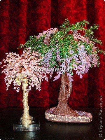 """Мне очень нравятся глицинии...  Глици́ния (от греч. γλυκός — сладкий), или висте́рия (лат. Wistéria) — род высоких древовидных вьющихся субтропических растений из семейства Бобовые с крупными кистями душистых лиловых цветков. Широко используется в ландшафтном дизайне.   Давно мечтала сделать такое дерево из бисера, но не могла решиться... Теперь понимаю, что это было не с проста... Глициния- безумно трудоемкое и """"долгоиграющее"""" дерево... ,и если бы я делала его для себя, то процесс создания занял бы не один месяц... по чуть-чуть... не спеша... Но я делала его в подарок , поэтому времени было очень мало... Каждый день вспоминала Золушку и рабыню Изауру..., жалела себя и в голове крутилось только одно слово... """"кошмар""""...Как я могла в это вписаться?  И все-таки, я его сделала... и назвала """"Кошмариком""""...  Если еще не очень вас напугала и вы хотите повторить мой """"подвиг""""... , рассказываю, как это было.... Фото 70"""