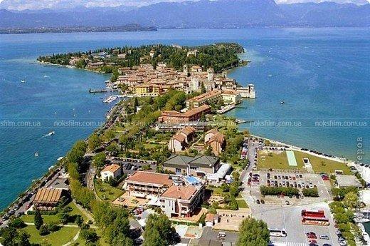 Италия / г.Сирмионе / сентябрь 2009г ********************************************* Сирмионе - небольшой старинный городок, расположен на живописном полуострове самого большого озера Италии - Гарда (на южной оконечности озера), в часе езды от Милана. Население городка составляет 5 800 человек.  фото 59