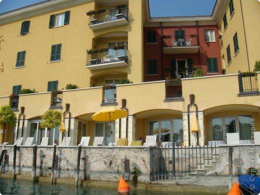 Италия / г.Сирмионе / сентябрь 2009г ********************************************* Сирмионе - небольшой старинный городок, расположен на живописном полуострове самого большого озера Италии - Гарда (на южной оконечности озера), в часе езды от Милана. Население городка составляет 5 800 человек.  фото 26