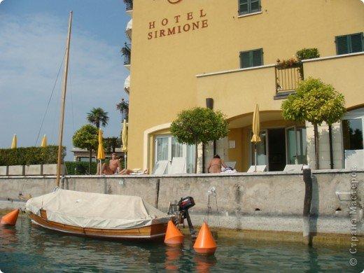 Италия / г.Сирмионе / сентябрь 2009г ********************************************* Сирмионе - небольшой старинный городок, расположен на живописном полуострове самого большого озера Италии - Гарда (на южной оконечности озера), в часе езды от Милана. Население городка составляет 5 800 человек.  фото 27