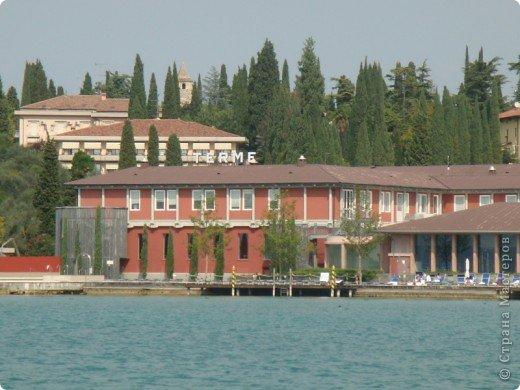 Италия / г.Сирмионе / сентябрь 2009г ********************************************* Сирмионе - небольшой старинный городок, расположен на живописном полуострове самого большого озера Италии - Гарда (на южной оконечности озера), в часе езды от Милана. Население городка составляет 5 800 человек.  фото 52